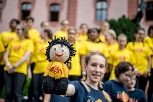 Da lächelt auch die Puppe und zeigt stolz den Notenschlüssel auf der Brust. (Bild: Nadia Schärli/Luzerner Zeitung, Hitzkirch, 15. Juni 2019)