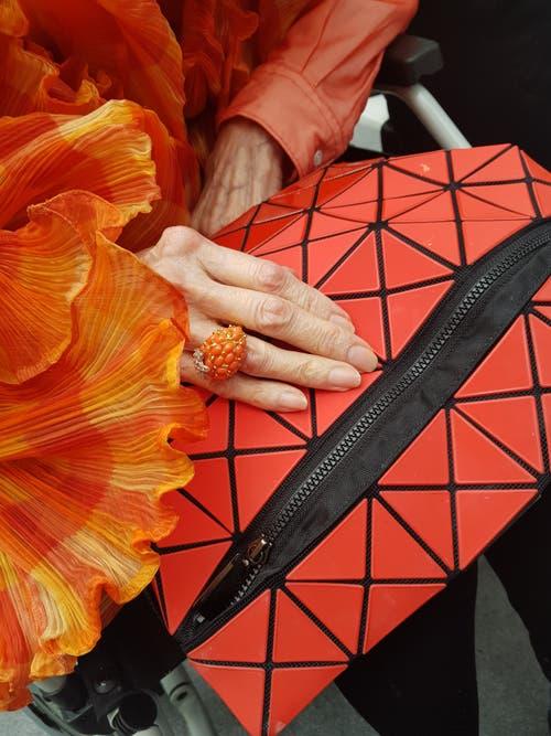 Norah Stones knallrote Tasche von Issey Miyake.