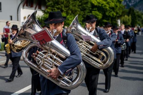 Auch die Tubisten müssen ihre schweren Instrumente im Gehen spielen. (Bild: Philipp Schmidli, Hergiswil, 15. Juni 2019)