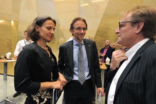 Regierungsrat Urs Janett (Mitte) mit seiner Frau Beatrice Kovodouris im Gespräch mit dem Andermatter Gemeinderat Jost Meier. (Bild: Urs Hanhart, Andermatt, 16. Juni 2019)