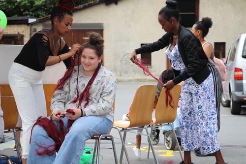 Eritreische Frauen beweisen ihr Geschick beim Haareflechten.