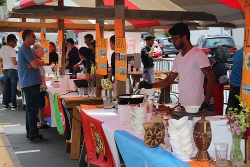 Am Streetfoodfestival schlemmen sich die Besucher durch Spezialitäten aus Somalia, Eritrea, Afghanistan, Syrien und Ski Lanka. (Bilder: Remo Infanger, Altdorf, 15. Juni 2019)