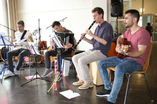 Die Formation Zunderobsi erhielt musikalische Unterstützung von Alaudin Uzbekzada aus Afghanistan (rechts).