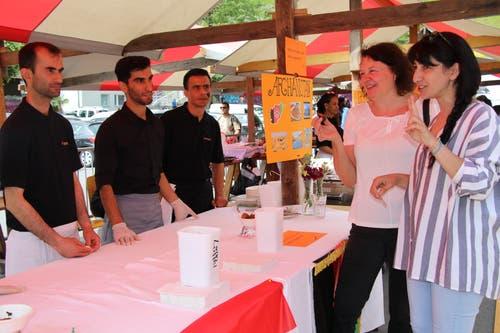 In Uri lebende Flüchtlinge haben am Flüchtlingstag diverse Köstlichkeiten aus ihren Heimatländern der Bevölkerung zum Degustieren angeboten.