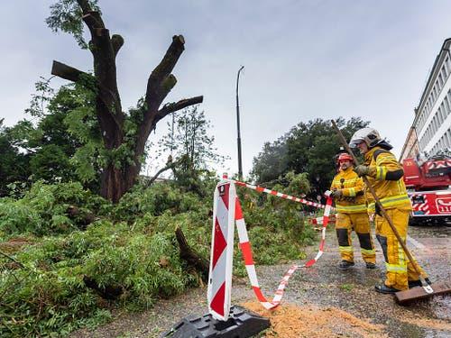 Die Feuerwehr in Genf hatte nach dem Unwetter vom Samstag alle Hände voll zu tun. (Bild: KEYSTONE/MARTIAL TREZZINI)