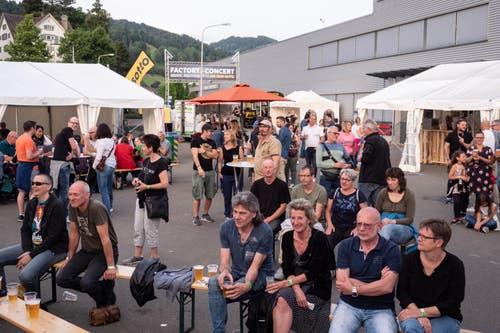 Tische und Sitzgelegenheiten waren Neuigkeiten im Konzept des Musikfestivals. (Bild: Sascha Erni)
