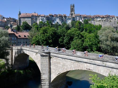 Während der 3. Etappe passierte das Feld der Tour de Suisse Freiburg (Bild: KEYSTONE/GIAN EHRENZELLER)