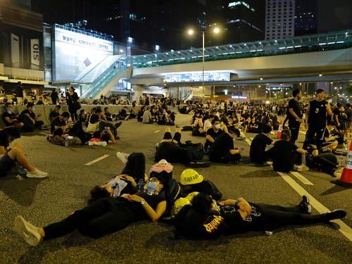 Mehrere hundert Demonstranten harrten in Hongkong auch in der Nacht auf Montag auf den Strassen aus. (Bild: KEYSTONE/AP/VINCENT YU)