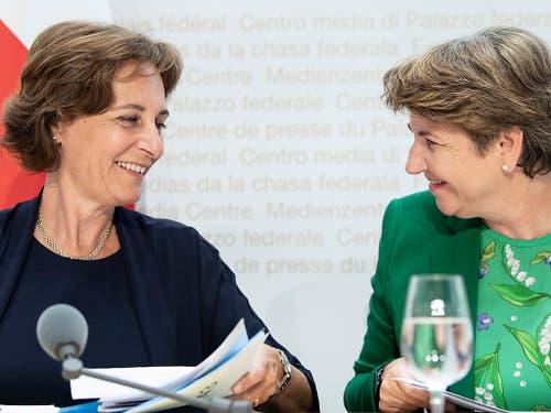 Verteidigungsministerin Viola Amherd (rechts) stellt vor den Bundeshausmedien Monica Duca Widmer vor. Duca Widmer soll Präsidentin des Verwaltungsrates der Ruag-Beteiligungsgesellschaft werden. (Bild: Keystone/PETER SCHNEIDER)
