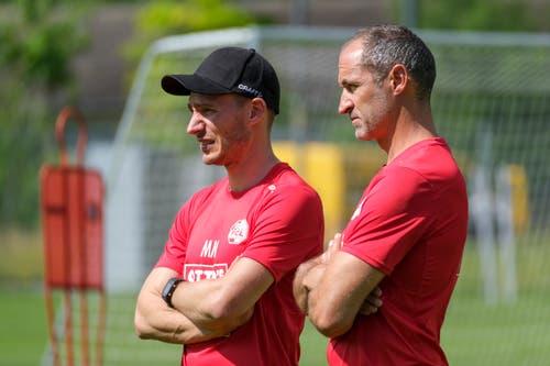Athletiktrainer und Leistungsdiagnostiker Michael Müller und Trainer Thomas Häberli schauen sich das erste Training an. (Bild: Martin Meienberger / Freshfocus, Luzern, 17. Juni 2019)