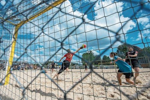 Drei Spiele, drei Siege: Die Beach Kings (schwarzes Dress) gewinnen auch gegen die Havana Shots Aargau. (Bild: Pius Amrein, Emmen, 16. August 2019)