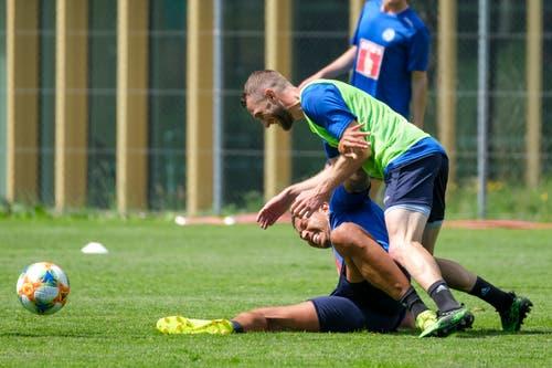 Lucas Alves (unten) gegen Christian Schneuwly. (Bild: Martin Meienberger / Freshfocus, Luzern, 17. Juni 2019)