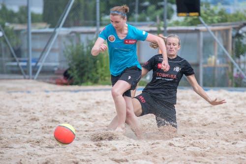 Beachfussball in der Beach-Arena im Mooshüsli in Emmen: Celine Küttel von den Beach Kings Emmen (schwarzes Dress) gegen BSC Havana Shots Aargau (blaues Dress). (Bild: Pius Amrein, Emmen, 16. August 2019)