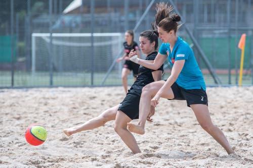 Beachfussball in der Beach-Arena im Mooshüsli in Emmen: Claudia Budimir von den Beach Kings Emmen (schwarzes Dress) gegen BSC Havana Shots Aargau (blaues Dress). (Bild: Pius Amrein, Emmen, 16. August 2019)