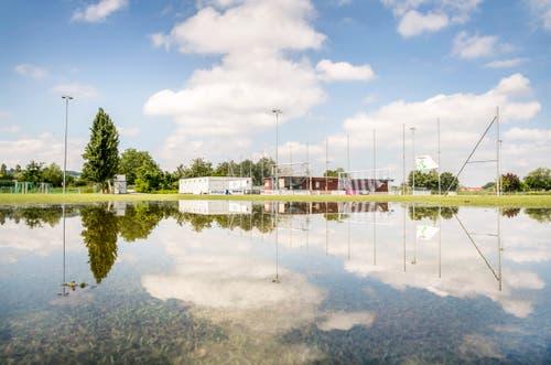 Der Fussballplatz des AS Calcio Kreuzlingen steht unter Wasser. (Bild: Andrea Stalder)