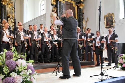 Nicht nur die Sänger, auch der Dirigent gibt bei diesem Gesangsvortrag alles. (Bild: PD)
