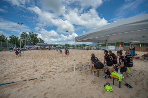 Beachfussball in der Beach-Arena im Mooshüsli in Emmen: Beach Kings Emmen (schwarzes Dress) gegen BSC Havana Shots Aargau (blaues Dress). (Bild: Pius Amrein, Emmen, 16. August 2019)