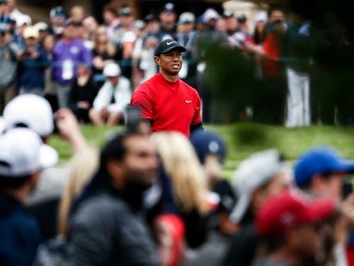 Obwohl er keine Chance auf den Sieg mehr hatte, zog Tiger Woods in der Schlussrunde das grösste Interesse der Fans auf sich (Bild: KEYSTONE/EPA/ETIENNE LAURENT)
