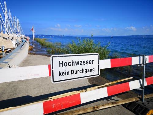 Der Steg in Altnau wurde wegen des Hochwassers gesperrt. (Bild: Martina Eggenberger)