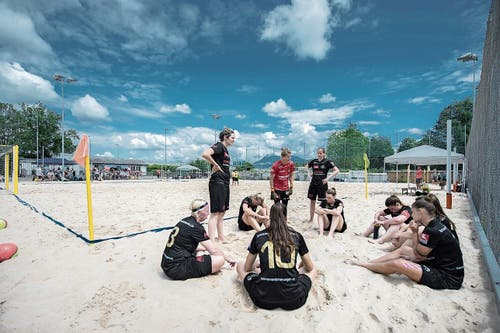 Pause: Erholung für die Beach Kings – und Teambesprechung. (Bild: Pius Amrein, Emmen, 16. August 2019)