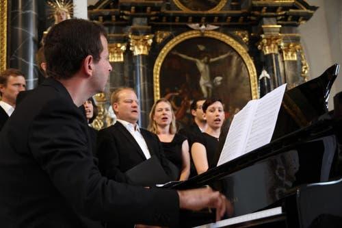 Blickkontakt zwischen dem Pianisten und den Sängerinnen und Sängern. (Bild: PD)
