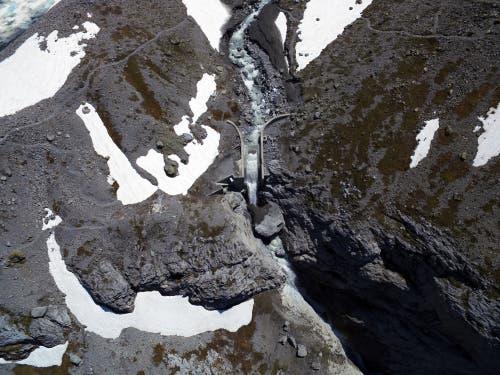 Erst als das Wasser sich durch die Schneemassen fressen konnte, konnte der See auf seinem gewohnten Weg ablaufen. (Bild: Stefan Simmen, Spiringen, 17. Juni 2019)