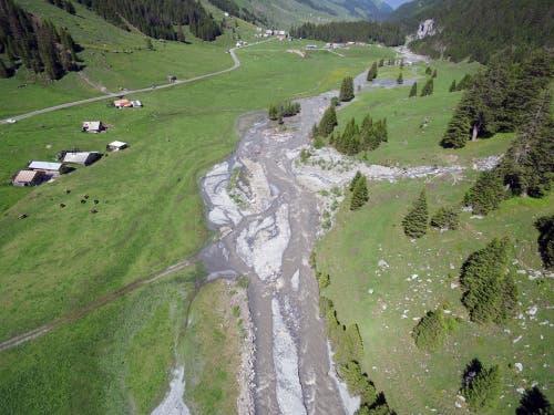 Da der Fätschbach daraufhin zu viel Wasser und teilweise Geschiebe mit sich führte, kam es zu Flurschäden, die nun behoben werden. (Bild: Stefan Simmen, Spiringen, 17. Juni 2019)