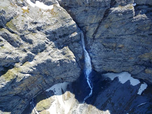An der Felswand in der Chlus stürzte das Wasser rund 200 Meter in die Tiefe. (Bild: Stefan Simmen, Spiringen, 17. Juni 2019)
