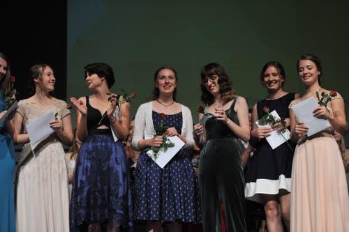 Die Absolventinnen wurden mit Rosen beschenkt. (Bild: Urs Hanhart, Altdorf, 19. Juni 2019)