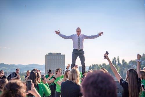 Je länger je lockerer: Der Stadtpräsident scheint sich langsam an die ungewohnte Höhenlage auf dem Rathausdach zu gewöhnen.