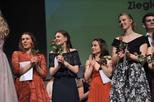 Viel Freude über das Zeugnis. (Bild: Urs Hanhart, Altdorf, 19. Juni 2019)
