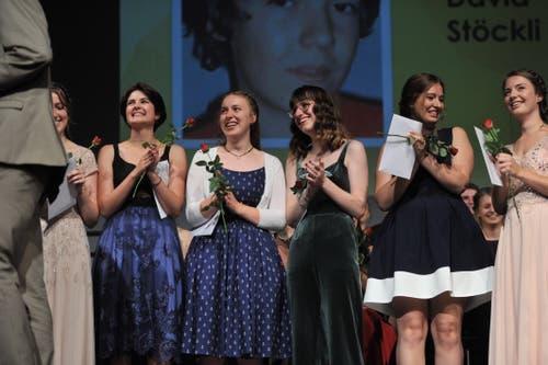 Sie freuen sich über ihre Zeugnisse. (Bild: Urs Hanhart, Altdorf, 19. Juni 2019)