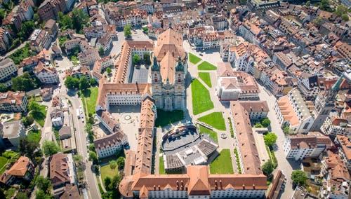 Der Stiftsbezirk mit der Festspielbühne auf dem Klosterplatz. (Bild: Urs Bucher - 5. Juni 2019)