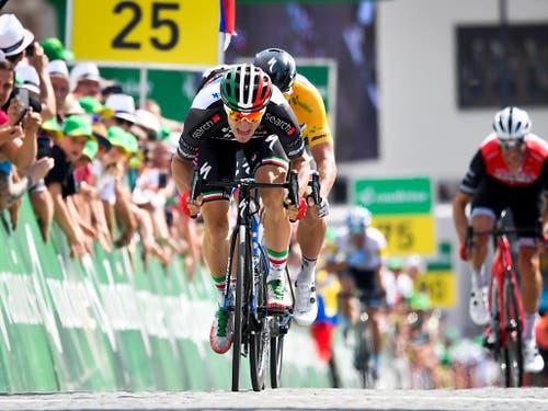 Zweiter Tagessieg innert 24 Stunden: Der Italiener Elia Viviani behielt im Sprint in Einsiedeln erneut den slowakischen Gesamtführenden in Schach (Bild: KEYSTONE/GIAN EHRENZELLER)