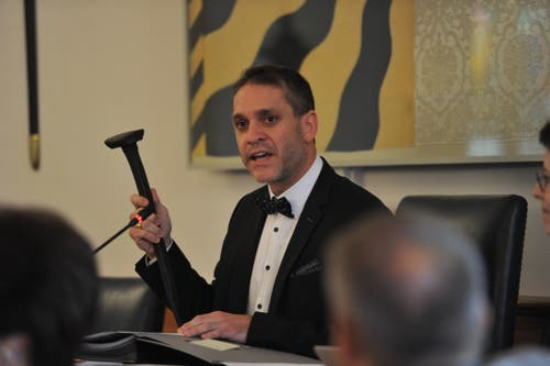 Der neue Landratspräsident Pascal Blöchlinger brachte einen Nagel mit in den Landratssaal. (Bild: Urs Hanhart, 19. Juni 2019)