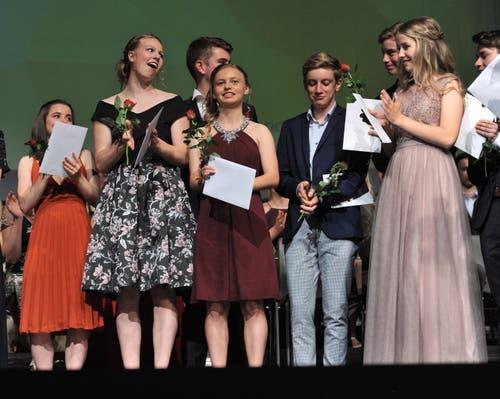 Applaus für die Maturanden. (Bild: Urs Hanhart, Altdorf, 19. Juni 2019)