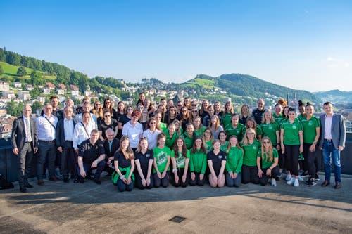 Gruppenbild mit Stadtrat: Die Mitglieder des LC Brühl Handball (, 1. Mannschaft), der FCSG-Cheerleaderinnen «Green Lightning», des Billard-Clubs St. Gallen sowie des FC St.Gallen-Staad (1. Mannschaft Frauen) auf dem Rathausdach.