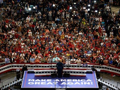 Der Sloagan «Make America Great Again» darf bei einer Wahlkampfveranstaltung von Donald Trump nicht fehlen. (Bild: KEYSTONE/AP/EVAN VUCCI)