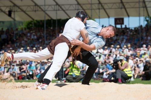 Pirmin Reichmuth (rechts) gewinnt seinen 5. Gang. (Bild: Eveline Beerkircher, Willisau, 2. Juni 2019)