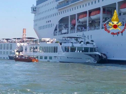 Die «MSC Opera» rammte beim Einfahren in den Giudecca-Kanal die Hafenanlage und prallte auf das Touristenboot. (Bild: KEYSTONE/AP Italian Firefighters)