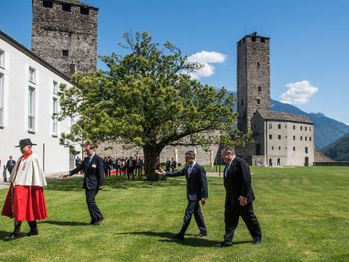 US-Aussenminister Mike Pompeo (rechts) und Bundesrat Ignazio Cassis vor dem Castelgrande in Bellinzona. (Bild: KEYSTONE/TI-PRESS/SAMUEL GOLAY)