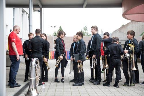 Die Jugendmusik Hochdorf JBO Oberseetal vor dem Auftritt am Jugendmusiktag in Altishofen am 25. Mai. (Bild: Manuela Jans-Koch)