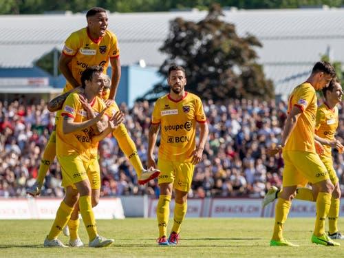Xamaxiens im ungewohnten Gelb: Sie feiern hier das 4:0 von Geoffroy Tréand (links vorne) (Bild: KEYSTONE/CHRISTIAN MERZ)