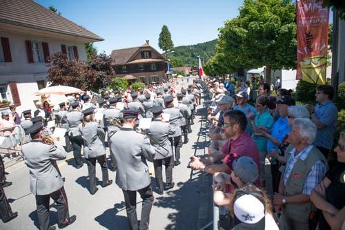 Die Brass Band Feldmusik Winikon bei der Parade. (Bild: Roger Grütter, Altishofen, 2. Juni 2019)