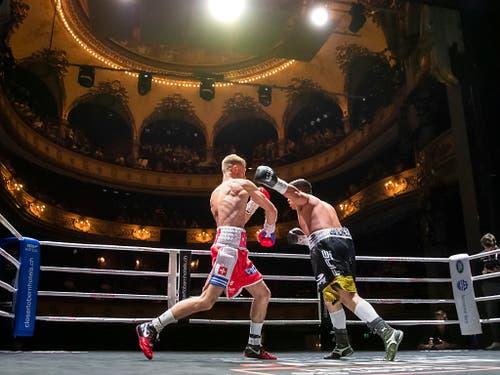 Im Hauptkampf des Box-Meetings in Bern bezwang Lokalmatador Alain Chervet (links) den Mexikaner Edgar Jimenez (Bild: KEYSTONE/PETER KLAUNZER)