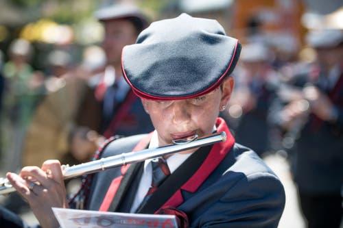 Eine Querflöten-Spielerin der Musikgesellschaft Finsterwald. (Bild: Roger Grütter, Altishofen, 2. Juni 2019)
