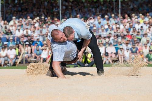 Pirmin Reichmuth (rechts) gewinnt den Schlussgang gegen Sven Schurtenberger.(Bild: Eveline Beerkircher, Willisau, 2. Juni 2019)