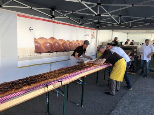 Es braucht viele Hände, die für den längsten Zopf der Welt mit anpacken. (Franziska Herger, 2. Juni 2019)