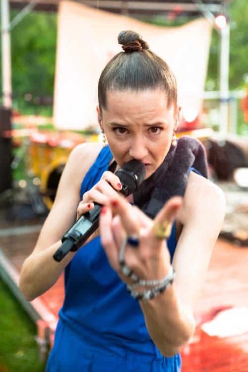 «Im Momänt numä Musig»: Steff la Cheffe spielte auch Stücke ihrer ersten Platte «Bittersüessi Pille». (Bild: Harald Bader, Ebikon, 19. Juni 2019)