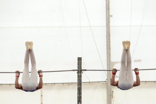Kraft und Synchronität: Zwei Geräteturner am Eidgenössischen Turnfest in Aarau. (Bild: Alexandra Wey/Keystone, Aarau, 20. Juni 2019)